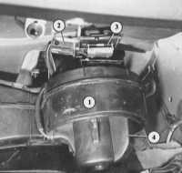 """Двигатель вентилятора имеет четыре скорости, которые устанавливаются поворотом регулятора  """"Доступ воздуха и..."""