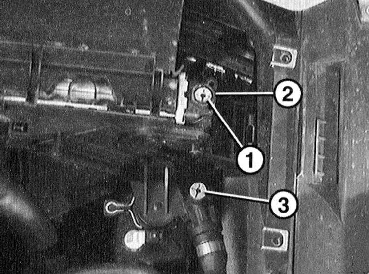 где находится сливная пробка блока цилиндров audi 100 2.8